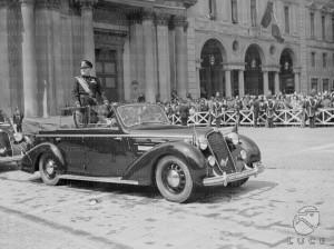 L'arrivo di Mussolini in piazza San Carlo a bordo di un'Alfa Romeo cabriolet