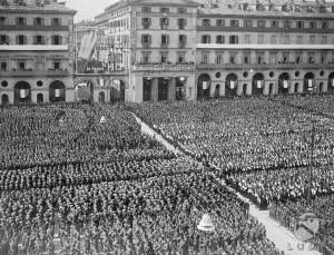 Legioni di ragazzi della G.I.L. schierate in piazza Vittorio Veneto