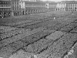 Veduta di piazza Vittorio Veneto gremita di legioni della G.I.L. e di folla. 1939