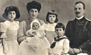 Una foto ufficiale del 1908, con i figli Jolanda, Giovanna, Mafalda, Umberto manca nella foto l'ultima figlia, Maria, nata nel 1914